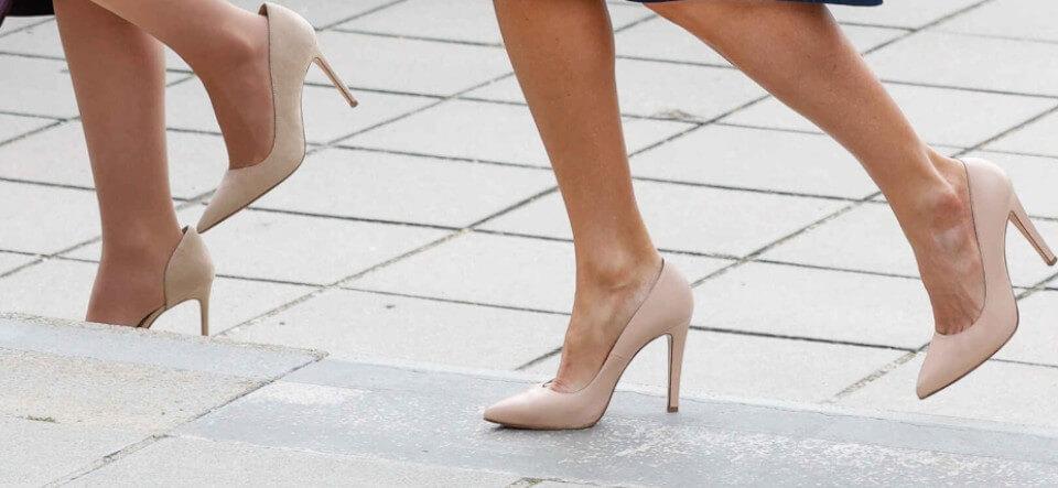 zapatos de tacón de la reina Letizia y la Ministra de igualdad Irene Montero